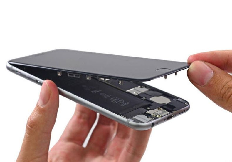 Nhân viên đang thay màn hình iPhone 6S